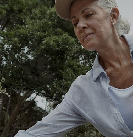 TENA immagine lifestyle di una donna escursionista
