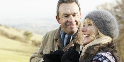 Пожилой мужчина обнимает жену