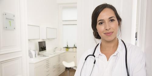 Smaidošas ārstes portrets ārstu praksē