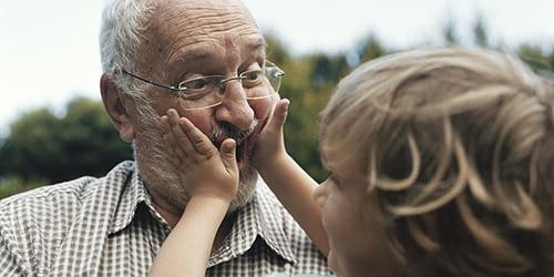 Ein Großvater spielt mit seinem Enkel.
