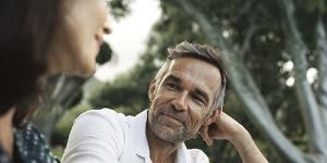 Homme d'âge mûr à barbe souriant à la caméra