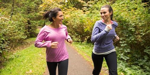 Deux femmes courant dans les bois