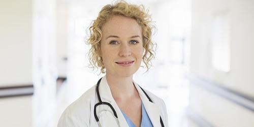 Lekárka – blondína so stetoskopom sa usmieva na nemocničnej chodbe