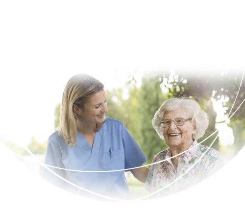 Glad kvinna och vårdgivare