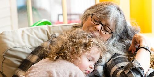 Una nonna e sua nipote riposano sul divano