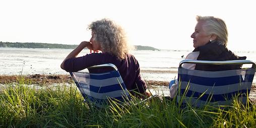 Δύο ηλικιωμένες γυναίκες απολαμβάνουν τη θέα στην παραλία