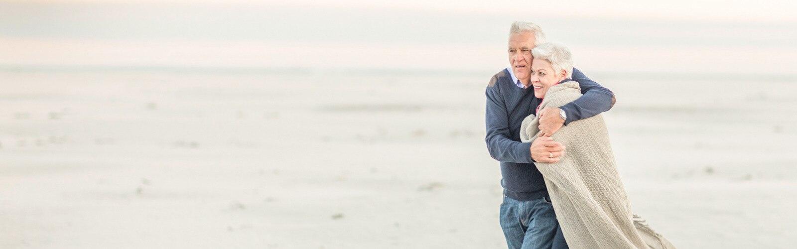 Ένα ζευγάρι περπατάει στην παραλία