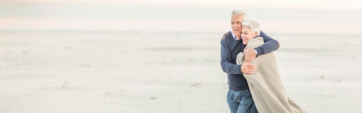 Una coppia cammina sulla spiaggia