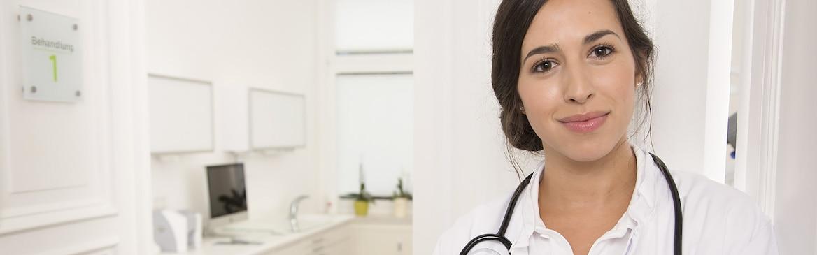 Portrait d'un médecin souriant dans son cabinet médical