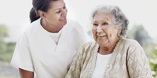 Medicinska sestra in starejša ženska uživata v družbi druga druge