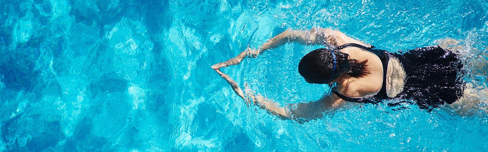 Eine Frau schwimmt in einem Swimmingpool