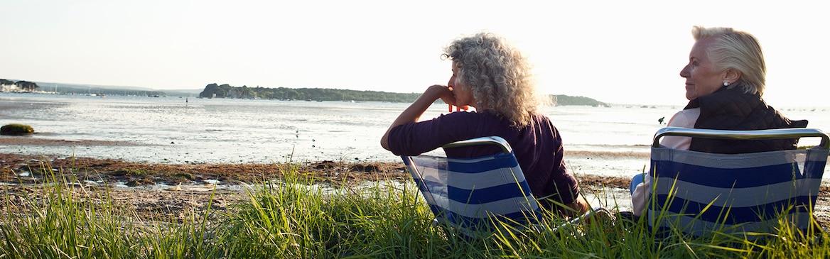 Dwie starsze kobiety cieszą się widokiem na plaży