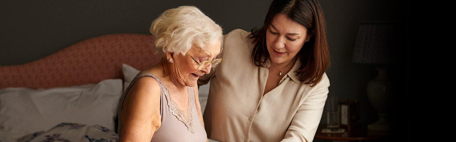 žena starajúca sa o mamu