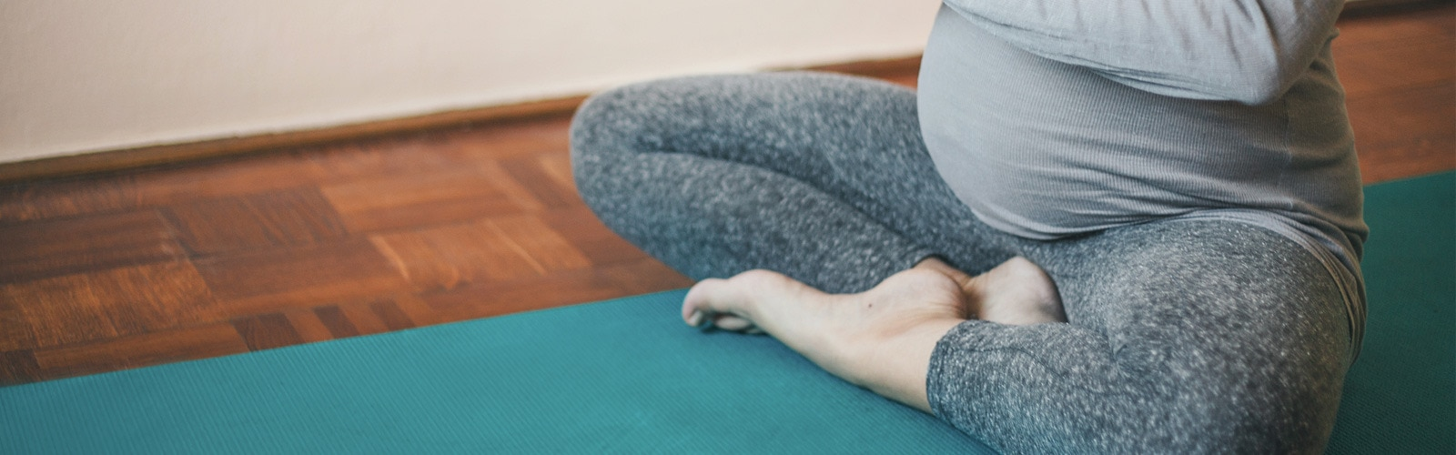 Femme enceinte assise en position de yoga