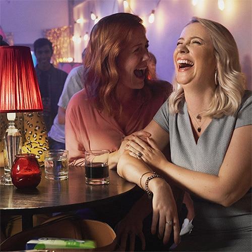 Due donne che ridono allegramente