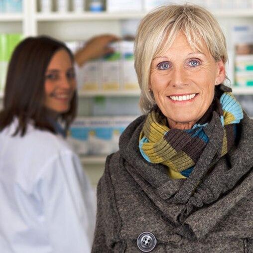 Vrouw in een apotheek