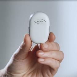 Holder transmitteren fra TENA i hånden