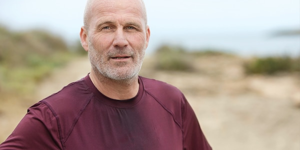 muž bežiaci v červenom tričku