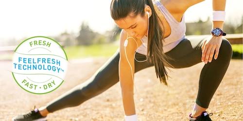 Vrouw met een lange paardenstaart die rekoefeningen doet na het trainen.