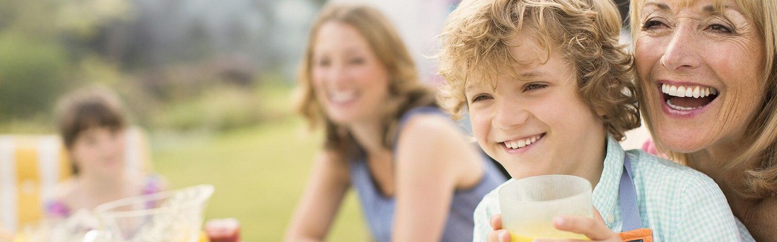 امرأة تضحك مع طفل في حضنها