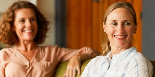 Kvinner sitter på sofa og samtale