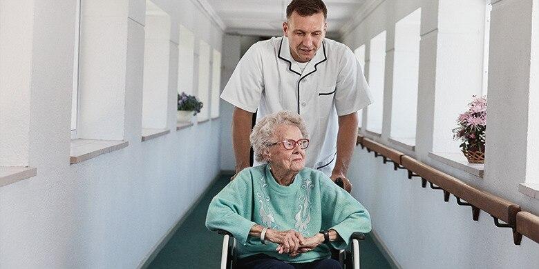 zorgverlener en oude dame