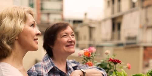 Duas senhoras mais velhas a fazer jardinagem – uma lista dos termos de incontinência mais usados