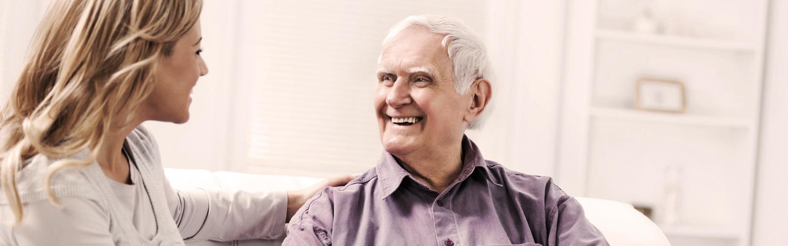 Oudere man die samen met een jonge vrouw zit – hoe ouder worden van invloed is op onze geest